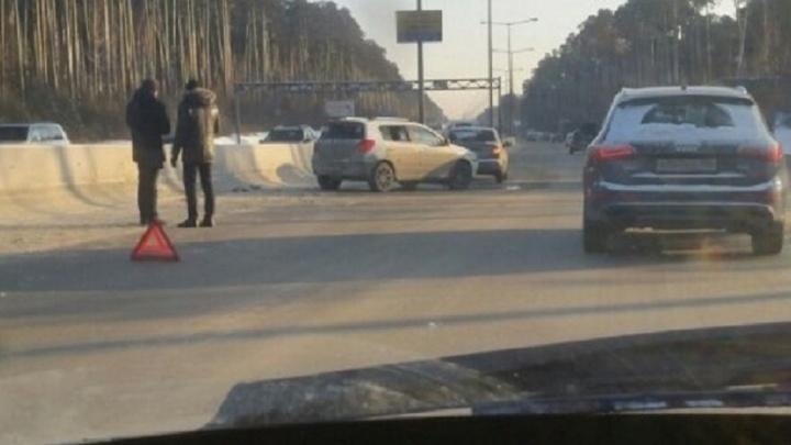 На Россельбане китайская легковушка с ребенком влетела в ограждение