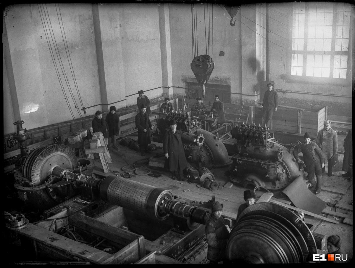 Монтаж турбин станции. Для инженеров было принципиально важно, чтобы все оборудование новой уральской электростанции было советского производства