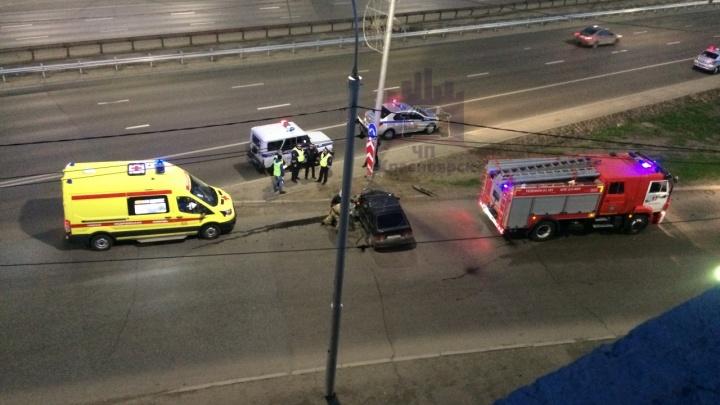 Водитель ВАЗа врезался в фонарь у съезда с Октябрьского моста. Вырезать его из авто пришлось МЧС