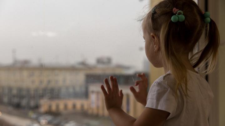 Детки в сетке: как спасти ребенка от падения из окна (выучите эту инструкцию наизусть)