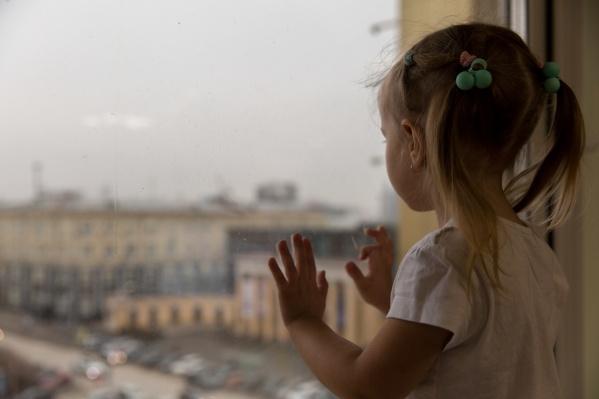 С начала лета в Новосибирске из окон выпали несколько детей