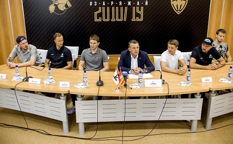 На пресс-конференции присутствовали все шесть новобранцев