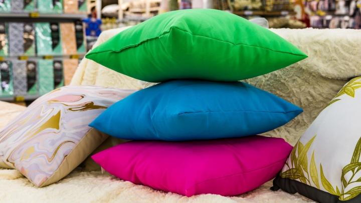 Меняем интерьер до неузнаваемости: нашли яркие подушки и пледы, с которыми квартира выглядит уютнее