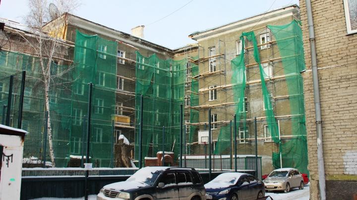 Рабочие разобрали крышу дома в центре Новосибирска и пропали