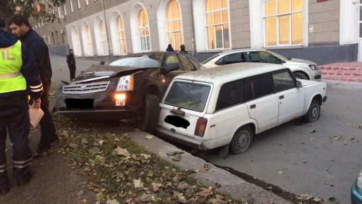 Пассажирку «Кадиллака» увезли на «cкорой» после серьезного ДТП в Заельцовском районе