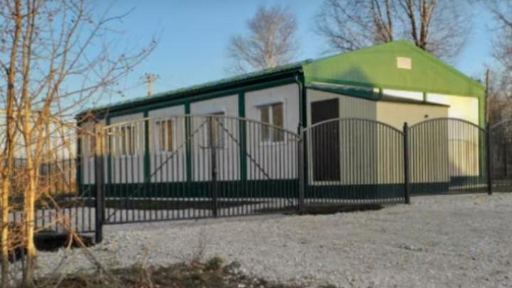 Узкий коридор и вешалка вместо гардероба: жители Щучьего Озера пожаловались на тесную амбулаторию
