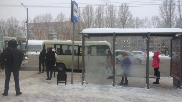 В Самаре водитель «Инфинити» сбил девушку на остановке и сбежал