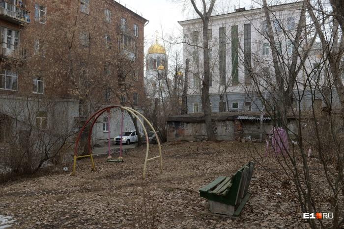 Двор дома на Карла Либкнехта уже смотрится покинутым