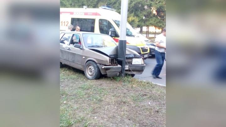 «Водитель в полном неадеквате»: в Башкирии отечественная легковушка «обняла» столб