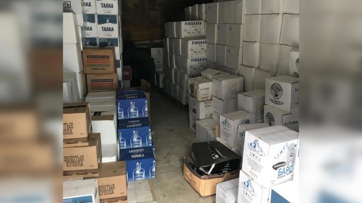 Изъяли больше 10 тысяч бутылок: на Уралмаше полицейские накрыли склад с контрафактным алкоголем
