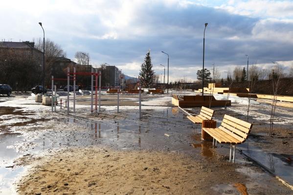 Земля с водой превратила сквер в болото