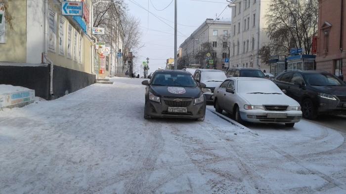 Этот водитель почему-то считает, что может парковаться на широком тротуаре. Но это не так