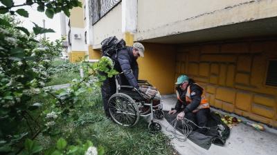 «Когда сплю, коляску к себе привязываю»: пенсионер без ног поселился под балконом в Челябинске