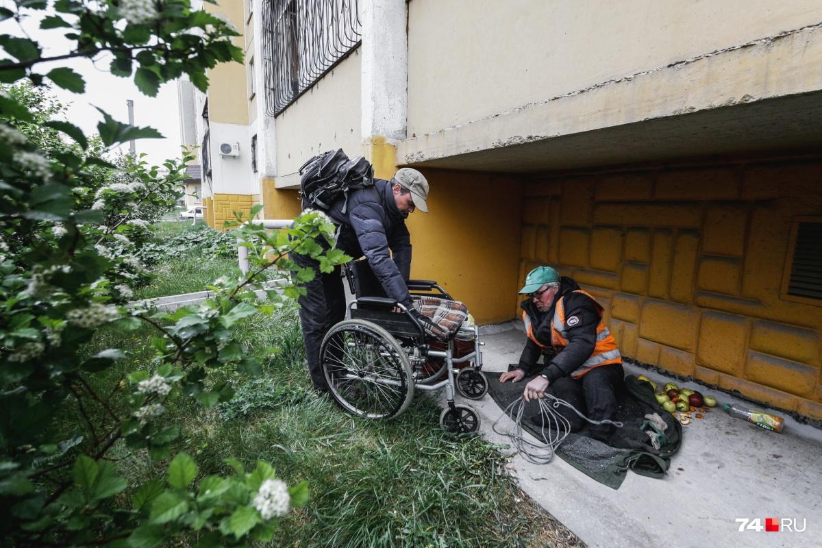 Дядя Саня уже три года живёт на улице, за это время он лишился обеих ног
