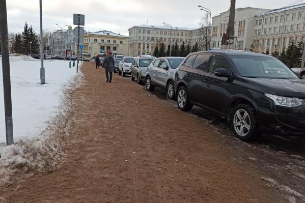 Рядом с правительством дорога больше напоминает песчаный пляж
