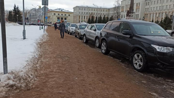 На Троицком — пляж, на Логинова — каток: как дорожные службы Архангельска борются с гололедом