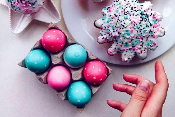 Красноярцы с самого утра пекут куличи и красят яйца