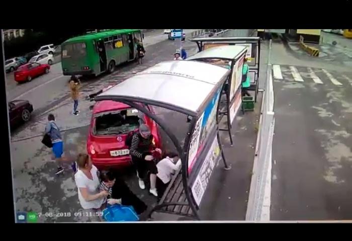 Автомобиль вынесло на остановку, на которой ждали автобус люди