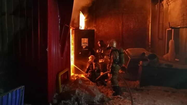 В Тюмени загорелся огромный склад с макулатурой