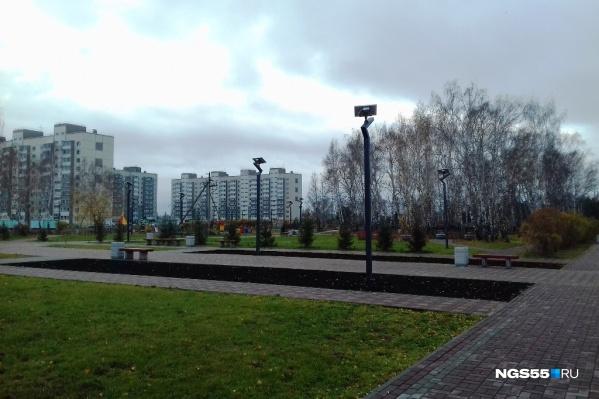 Утренний парк выглядит хмуро и неприветливо, правда, здесь влияет скорее погода