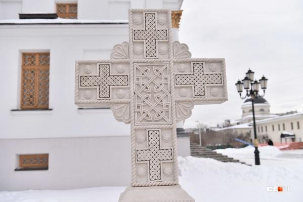 На месте кладбища у собора Александра Невского установили кенотафы — надгробия без останков под ними