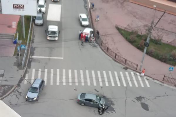 После удара врачам пришлось оказывать помощь одному из водителей