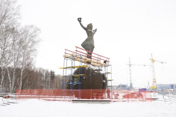 Скульптура установлена на въезде в Кольцово из Академгородка