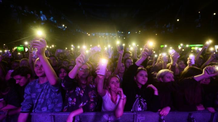 От бородатых юристов до 16-летних школьниц: кто пришёл на концерт Монеточки в Екатеринбурге