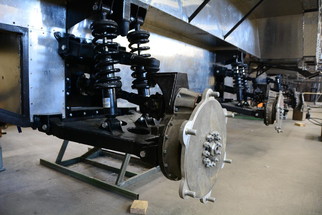 Хорошо виден колёсный редуктор, двойные амортизаторы «Первоуральского агрегатного завода» и пружины, сделанные на заказ казанской фирмой
