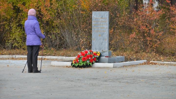 """""""Почему дети должны гулять рядом с имитацией могилок?"""": в парке Маяковского устроили подобие кладбища"""