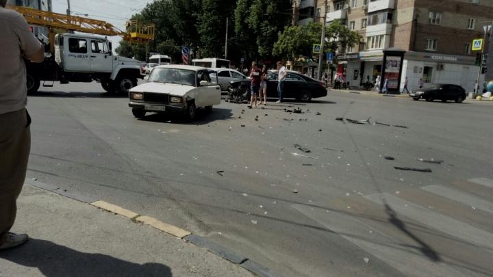 Не поделили дорогу: на Западном столкнулись два автомобиля