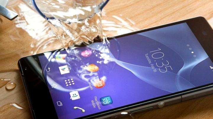 Четыре секрета спасения смартфона от влаги в домашних условиях: рекомендации специалистов