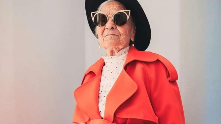 Знаменитая путешественница-пенсионерка Баба Лена снялась для модного журнала