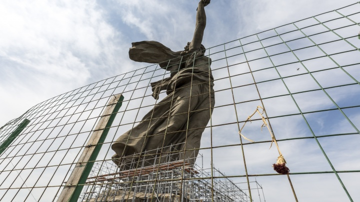 В Волгограде фигуру «Родины-матери» по щиколотки закрыли металлическими балками — фото