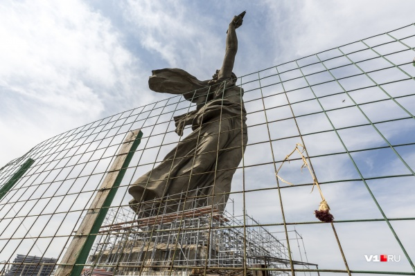 За два месяца рабочие оденут «Родину-мать» в строительные леса