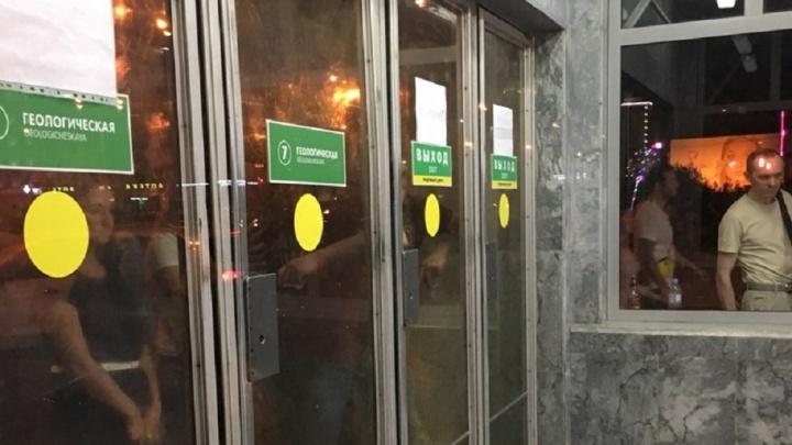 В центре Екатеринбурга закрыли входы в метро. Объясняем, почему так сделали