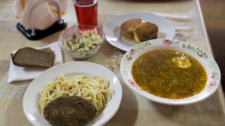 «Салат с пола собрали и съели»: ярославцы рассказали, как в 90-е добывали еду