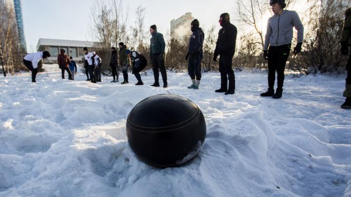 Видео: суровые сибиряки сразились в русскую игру с мячом «для настоящих мужчин»
