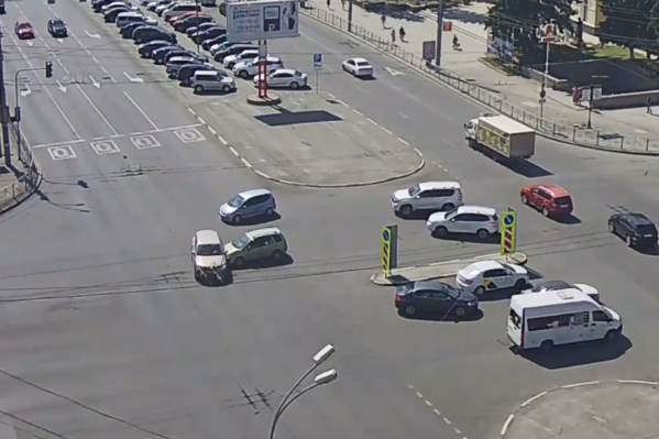 ЗеленаяToyota Corolla Spacio врезается вVolkswagen Touareg