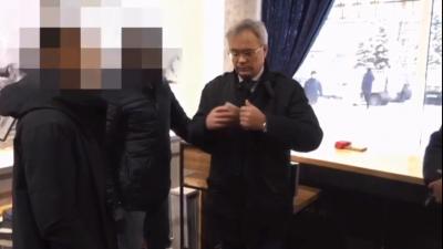 Достал деньги из-за пазухи: опубликовано видео задержания главы налоговой Архангельской области