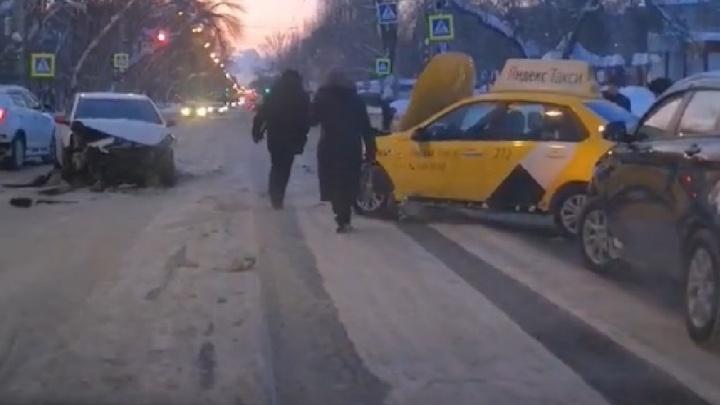 На проспекте Кирова стояли троллейбусы из-за ДТП с двумя такси и легковушкой