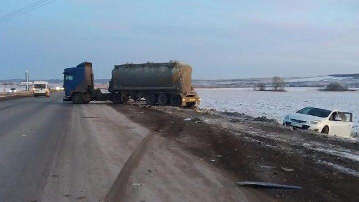 В Башкирии водитель грузовика уснул за рулем и врезался в припаркованный Opel