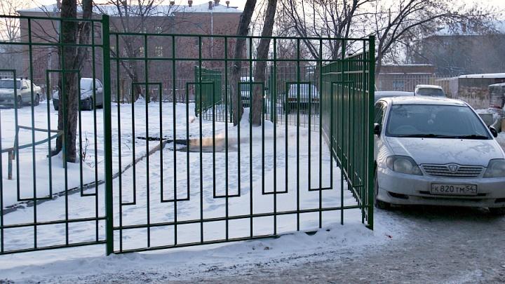 Не доставайся же ты никому: жители дома загородили глухим забором парковочный карман