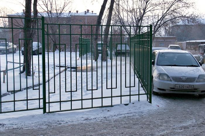 В заблокированном ограждением парковочном кармане могли бы поместиться не меньше пяти автомобилей