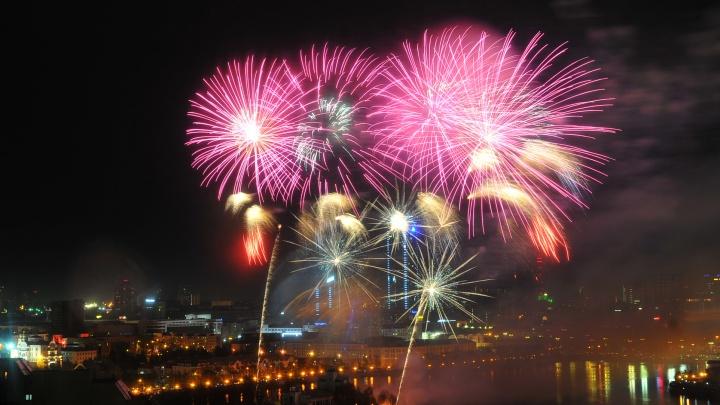 День Победы в режиме онлайн: праздник закончился фейерверком и пробками в центре Екатеринбурга