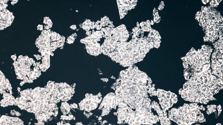 На Мане начался ледостав: по реке поплыли рыхлые льдины