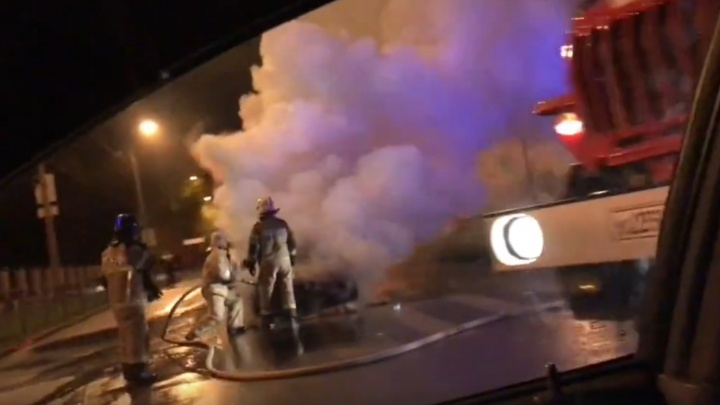 «Всё заволокло дымом»: на Ново-Вокзальной — Ставропольской сгорел Renault Logan