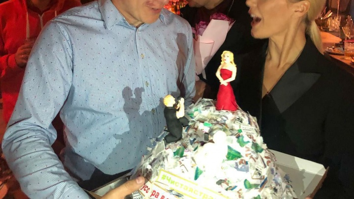 Елене Летучей подарили торт в виде огромной горы мусора