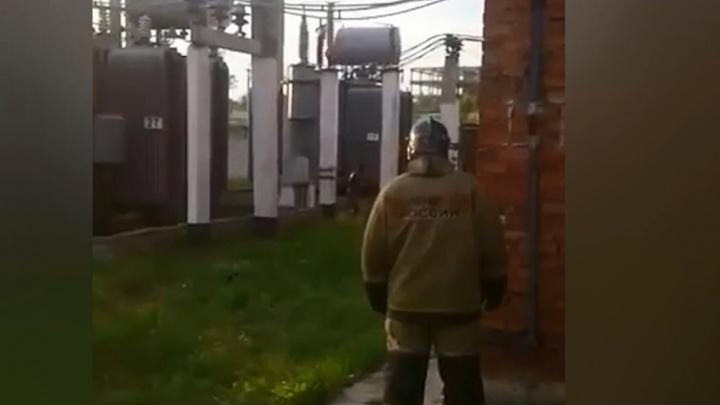 Мужчину ударило током на подстанции. Обожженный, он смог дойти до спасателей