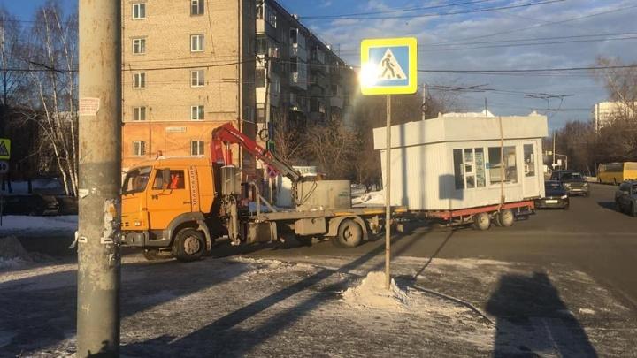 Екатеринбуржец через суд заставил администрацию вернуть его киоск с шаурмой на прежнее место